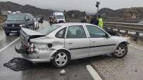 Otomobil Kayganlaşan Yolda Bariyere Çarptı Açıklaması 1 Yaralı
