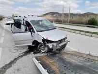 Hafif Ticari Araç Kaldırıma Çarptı Açıklaması 2 Yaralı