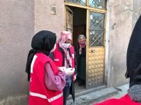 Kızılay Kadın Kolları Gönüllüleri İftar Öncesi Pide Dağıttı