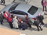Yolun Karşı Tarafına Geçen Kadına Otomobil Çarptı