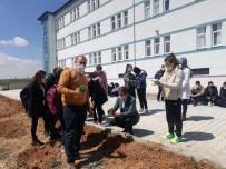 Afyonkarahisar'da Liseli Öğrenciler Okul Bahçesine Kekik Fidanı Dikti