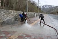 Bitlis Belediyesinden Yol Ve Kaldırım Yıkama Çalışması