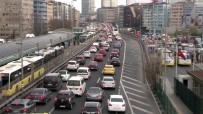 Kısıtlama Öncesi Metrobüste Ve Trafikte Yoğunluk