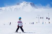 Türkiye'nin Pist Lideri Erciyes'te Kayak Keyfi Sürüyor