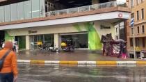 İstanbul'da Yağmur Etkili Oldu, Taksim Meydan Ve İstiklal Caddesi Boş Kaldı