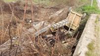 Tarlaya Giden Traktör Şarampole Devrildi Açıklaması 5 Yaralı