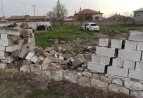 Şarampole Düşüp 300 Metre Giden Otomobil Bahçe Duvarından İçeri Girdi