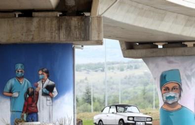 Ankara'da sağlık çalışanları için bulvarlara grafiti