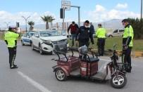 Elektrikli Motosiklet İle Arazi Aracı Çarpıştı Açıklaması 3 Yaralı