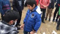 (Özel) 3 Yıldır Tek Başına Köylerdeki Çocuklara Yardım Götürüyor