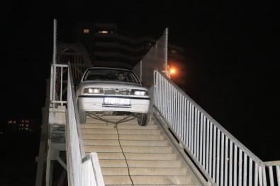 Adana'da bir garip olay: Yaya köprüsünden geçmeye çalışan otomobil korkuluklara sıkıştı