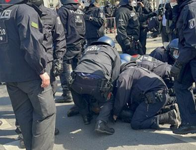 Alman polisinden protestoculara sert müdahale!