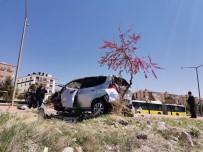Direksiyon Hakimiyeti Kaybolan Araç Kaldırıma Çıktı Açıklaması 2 Yaralı