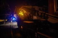 Freni Boşalan Kamyon Elektrik Direğine Çarptığı, Mahalle Elektriksiz Kaldı