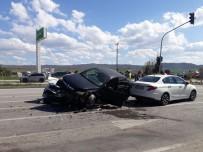 Kontrolden Çıkan Otomobil Karşı Şeride Geçip 4 Araca Çarptı