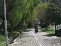 Yürüyüş Yolunda Motosikletler Tehlike Saçıyor