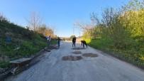 Gençler Bozuk Olan Yoldaki Çukurları Toprakla Doldurdu