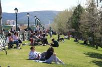 Güneşli Havayı Gören Su Kenarı Ve Parklara Koştu