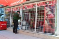Hırsızlar Girdiği Bakkalda Soygun Yapamayınca Kepenkleri Kilitleyip Gitti