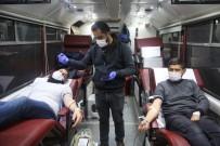 İhsaniye'de İftarını Açan Kan Bağışı İçin Kızılay'ın Yolunu Tuttu