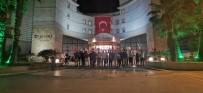 Kuşadası'nda Vatandaşlar İstiklal Marşı'nı Balkondan Okudu