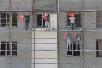 Sinop'ta 23 Nisan Balkonlardan Kutlandı Açıklaması İnşaat İşçileri De Çocuklar Gibi Sevindi