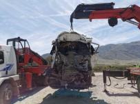 Tırların Kafa Kafaya Çarpıştığı Kazada Sürücüler Feci Şekilde Hayatlarını Kaybetti