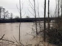 Bir Dere Yağışlardan Taşma Noktasına Geldi Diğeri İse Atılan Çöplerden Taştı
