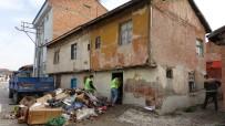 Yalnız Yaşayan Adamın Evinden 4 Kamyon Çöp Çıktı