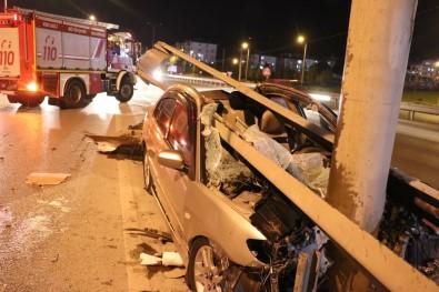 Kontrolden Çıkan Otomobil Bariyerlere Ok Gibi Saplandı Açıklaması 2 Yaralı