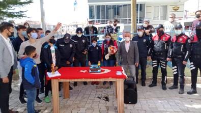 Cami Cemaatinden Polise Yaş Pastalı Kutlama