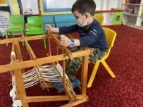 Çocuklar 'Kaplumbağa Terbiyecisi'ni Çocuklar Buldan Beziyle İşledi