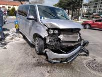 Isparta'da Hafif Ticari Araç İle Minibüs Çarpıştı Açıklaması 1 Yaralı