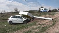 Çarptığı Tabela Otomobilin Üzerine Devrildi Açıklaması 1 Yaralı
