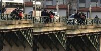 Köprüden Atlamak İsteyen Şahsı Polis Ekipleri Kurtardı