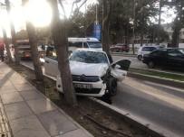Otomobil Ağaca Çarptı Açıklaması 3 Yaralı