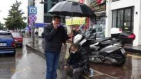 Şemsiye İle Yaralının Başında Bekledi