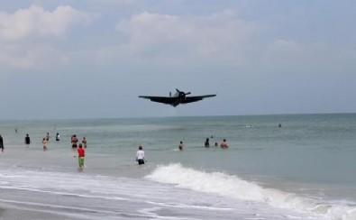 Savaş uçağı, denizde yüzen insanların arasına düştü