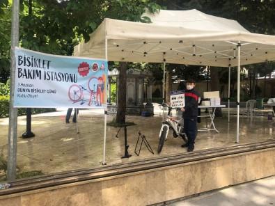 Bisiklet Bakim Istasyonuna Gelen Çocuklara Binlerce Kitap Dagitildi