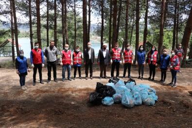 Gönüllü Gençler Baraj Etrafinda Çöp Topladi