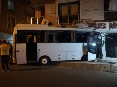 Izmir'de Isçi Servisi Mobilya Magazasina Daldi Açiklamasi 12 Yarali