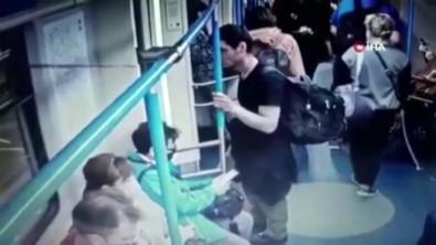 Moskova Metrosunda Saniyeler Içinde Telefon Hirsizligi