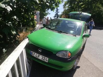Otomobil Köprü Korkuluguna Çarpti