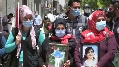 Vanli Aileler Çocuklarina Kavusmak Için HDP Il Baskanligi Önünde Eylem Yapti