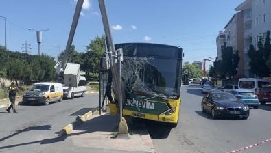 Eyüpsultan'da IETT Otobüsü MOBESE Diregine Çarpti