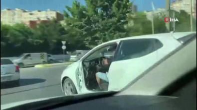 Kapisi Olmadan Trafikte Seyreden Otomobil Görenleri Saskina Çevirdi
