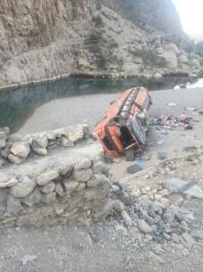 Pakistan'da Yolcu Otobüsü Devrildi Açiklamasi 18 Ölü, 30'Dan Fazla Yarali