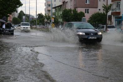 Siddetli Yagmur Caddeleri Suyla Doldurdu