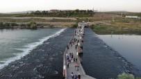 TARİHİ MEKAN - 800 Yillik Tarihi Murat Köprüsü Binlerce Turiste Ev Sahipligi Yapiyor