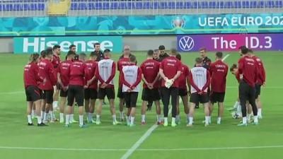A Milli Futbol Takimi, Bakü'deki Ilk Çalismasini Yapti